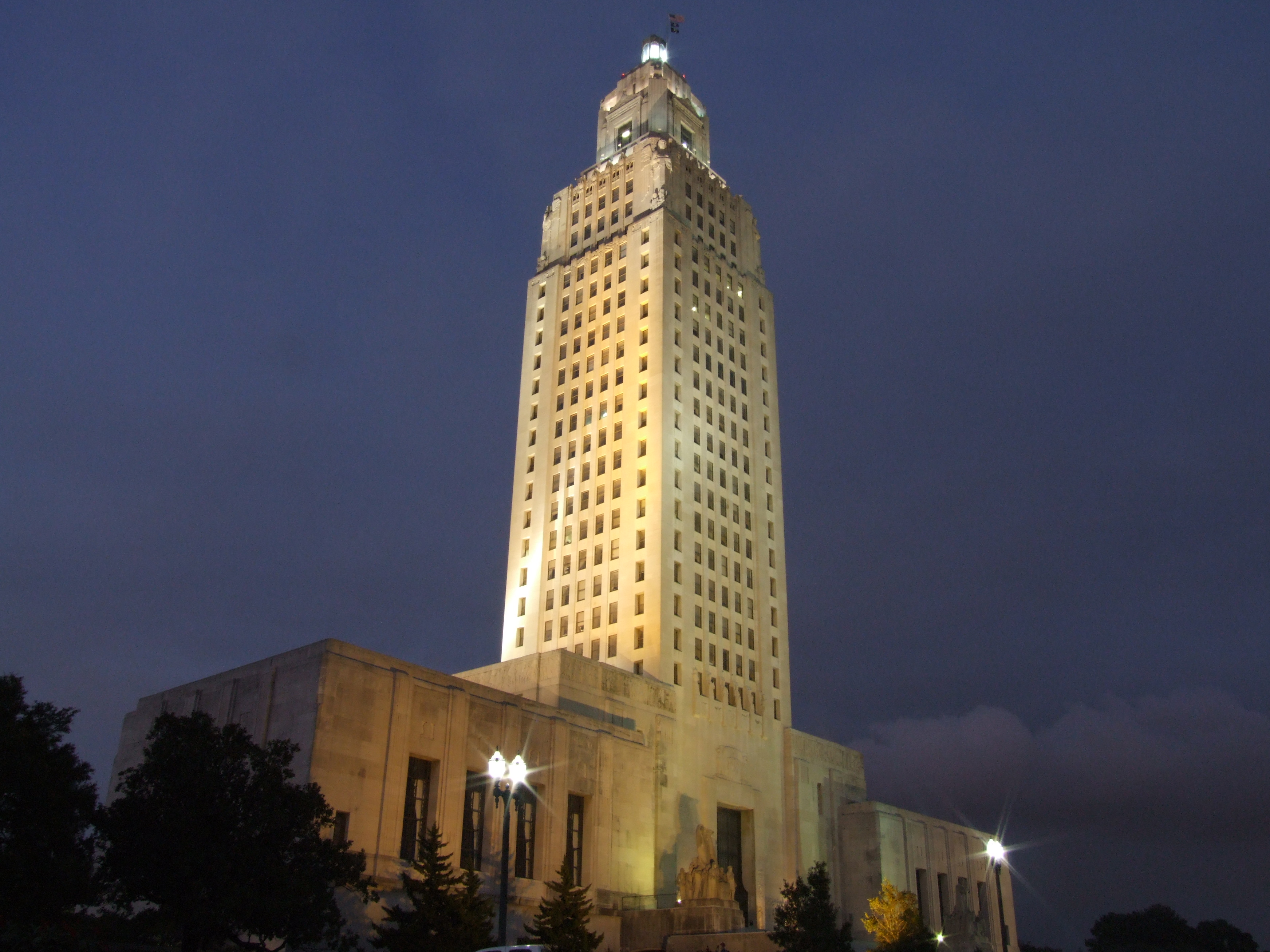 Louisiana_State_Capitol_at_night